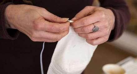 As máscaras podem ser feitas de algodão, tricoline, TNT ou outros tecidos