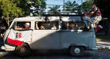 Kombi com torcedores do Santa Cruz, dirigida por Naná da kombi