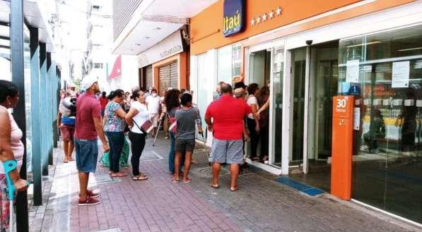 Agência do Itaú localizada na avenida Conde da Boa Vista, no Centro do Recife, fechada por medidas de contenção ao coronavírus