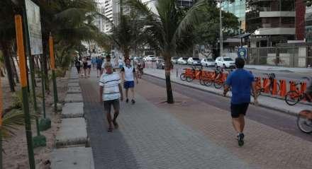 Praia de Boa Viagem no fim de tarde com decreto proibindo acesso a praias e parques