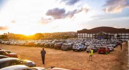Igreja faz culto lotado de carros em Campina Grande, na Paraíba