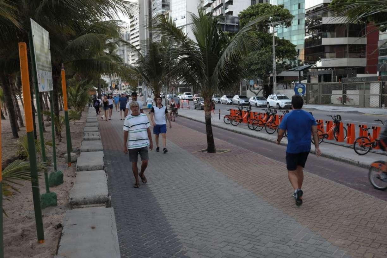 Mesmo com coronavírus, fim de tarde do domingo tem aglomerações no calçadão da praia de Boa Viagem, no Recife