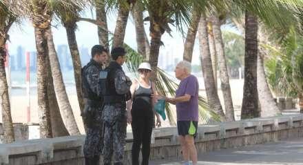 Orla da praia de Boa Viagem em Recife, Pernambuco. Calçadão na beira mar de Boa Viagem em Recife. Pessoas fazendo exercício físico durante a pandemia do novo coronavirus. Brasil.