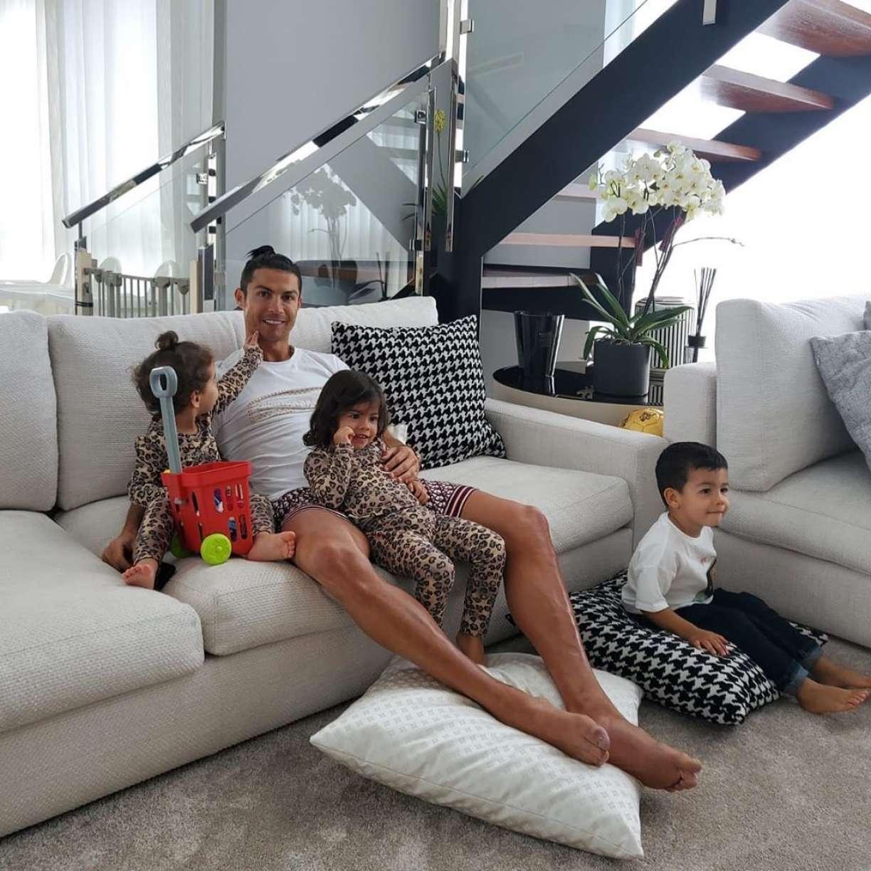 Cristiano Ronaldo faz abdominal erguendo filhos gêmeos