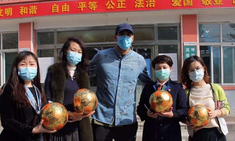 Curado da covid-19, Fellaini recebe alta na China