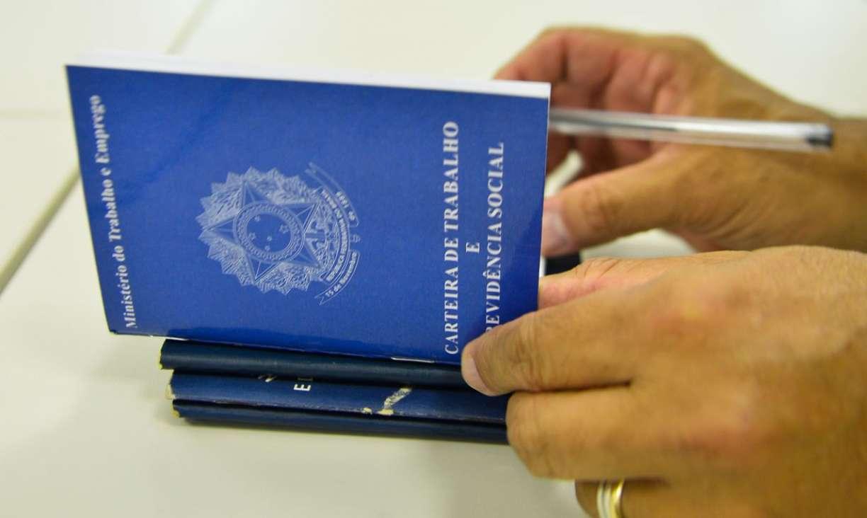 Brasil tem desemprego estrutural onde número de sem trabalho formal já supera os quem têm carteira assinada