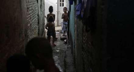 Foto: Felipe Ribeiro/JC Imagem  Data: 06.12.2018 Assunto: ECONOMIA - MAICON SOARES - Déficit habitacibal - Moradores que vivem com renda mínima. Comunidade no Bairro do Pina   Palavras-Chaves: Moradia - Imóvel - Preços - Casas - Pobreza - Palafitas - Rio - MISÉRIA - POBREZA - ##