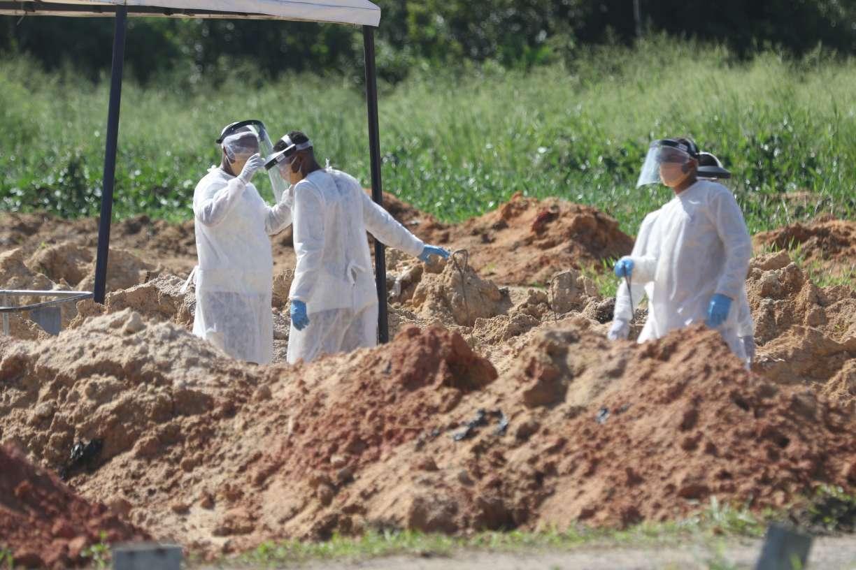 Mundo registra novo número recorde de mortes diárias por covid-19