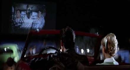 Cena de 'Grease: Nos Tempos da Brilhantina', um dos que difundiu a ideia do drive-in no imaginário global