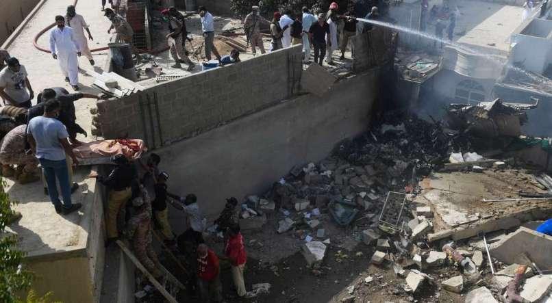 Avião com cerca de cem pessoas a bordo cai em Karachi, no Paquistão