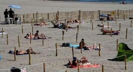 Banhistas aproveitam sol em praia na França