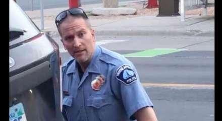 No vídeo, Derek é visto com o joelho no pescoço de Floyd, enquanto ignora os pedidos de socorro da vítima