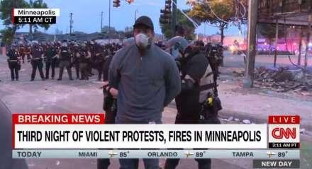 O repórter Omar Jimenez foi algemado e levado para delegacia durante cobertura de protestos