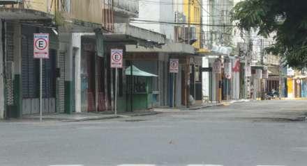Movimento no centro do Recife durante a pandemia do novo coronavírus, Covid-19, e fiscalização pela Polícia Militar e guarda municipal, Pernambuco, Brasil.