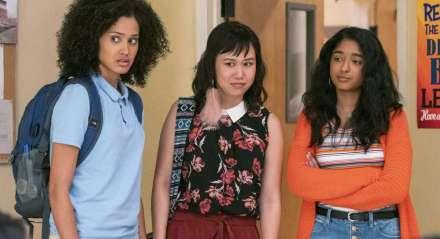 Fabiola (Lee Rodriguez) e Eleanor (Ramona Young) são as confidentes de Devi (Maitreyi Ramakrishnan, à dir.) na série 'Eu Nunca...'