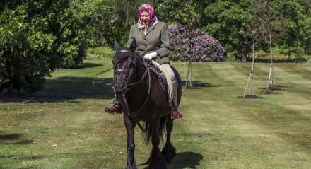 A rainha Elizabeth II foi registrada em cavalgada