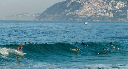 No Arpoador e em Ipanema surfistas dividem as ondas cariocas.