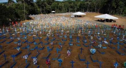 Cemitério em Manaus, uma das capitais brasileiras mais afetadas pelo vírus