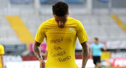 Jadon Sancho, do Borussia Dortmund, marcou um gol e mostrou uma camisa em homenagem a George Floyd