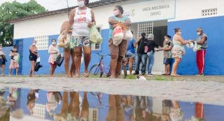 Distribuição de leite de soja e pão do programa Vaca Mecânica, em Goiana