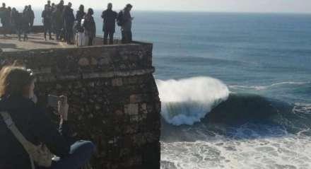 O Farol de Nazaré é um local privilegiado para ver o espetáculo das ondas gigantes.