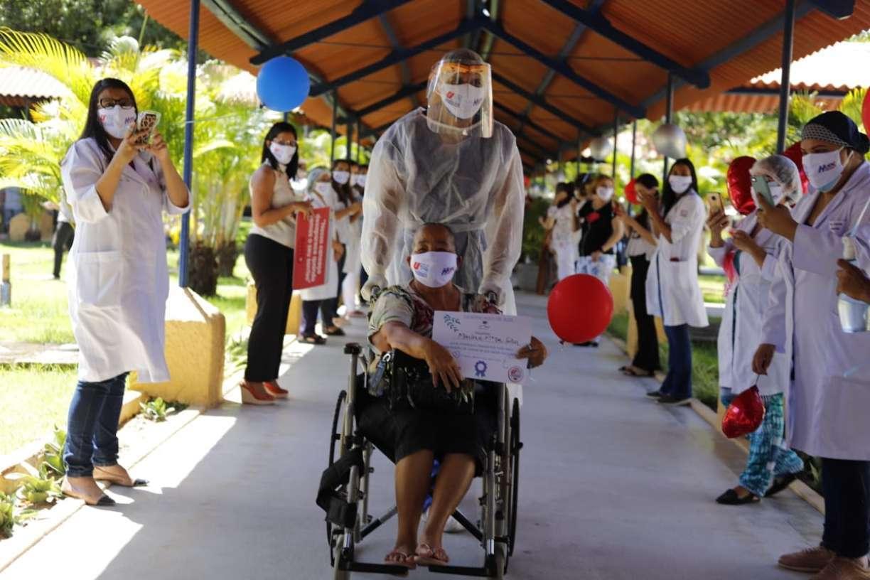 Emoção e fé: Hospital Oswaldo Cruz, no Recife, celebra mil altas de pacientes com coronavírus