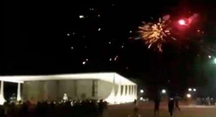 Grupo solta fogos no prédio do Supremo Tribunal Federal (STF) em Brasília