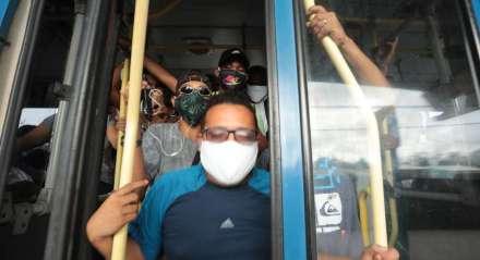 FOTO: BRUNO CAMPOS/JC IMAGEM DATA: 19.06.2020 ASSUNTO: Confusão e ônibus lotado no TI Barro devido a paralização da Empresa Metropolitana.. -