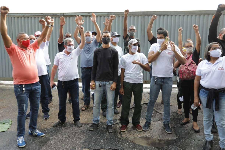 Ex-funcionários da empresa Metropolitana impedem saída de ônibus da garagem no Recife