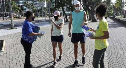 Movimentação no calçadão de Boa Viagem, Zona Sul do Recife, no dia 20 de junho de 2020
