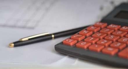 Calculadora e caneta/finanças/cálculo/planejamento