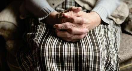 Mãos de idosa; idoso