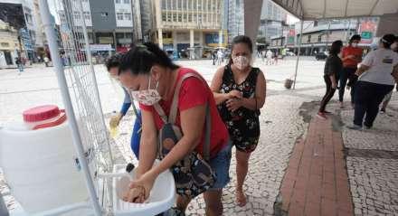 FOTO: BRUNO CAMPOS/JC IMAGEM DATA: 29.06.2020 ASSUNTO: Estações intinerantes de informações sobre a covid19. Entrega de máscaras e informações sobre higiene e cuidados. Está é no Pátio do Carmo, centro do Recife.