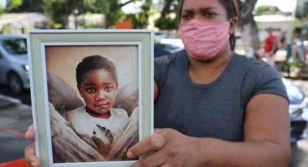 Mirtes Renata, mãe do menino Miguel, foi até o local para esperar a ex-patroa Sari Côrte Real, indiciada por homicídio culposo