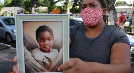 Caso Miguel - Mirtes Renata de Souza e populares protestavam em frente a delegacia onde Sari Corte Real, no momento em que prestava depoimento, sobre a morte do menino Miguel na delegacia de Santo Amaro.