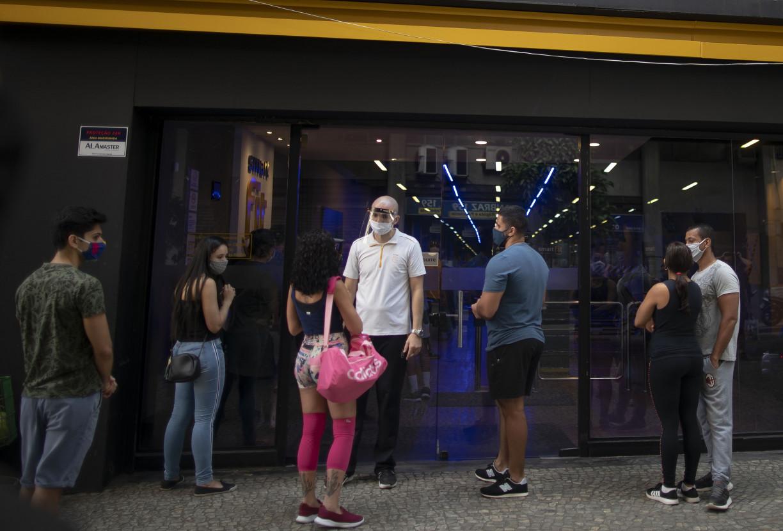 Na flexibilização, 'marombeiros' fazem filas em frente às academias; clientes tentam cancelar planos, no Rio