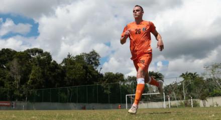 Victor Rangel disputou seis jogos com a camisa do Santa Cruz antes da paralisação causada pela pandemia do coronavírus.
