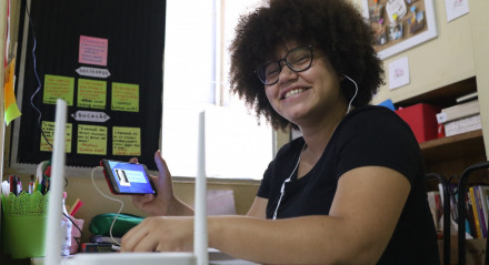 Maria do Carmo Alcântara,18. O Instituto JCPM está instalando Internet, com o uso de roteadores, na casa dos jovens que fazem parte do programa do instituto.