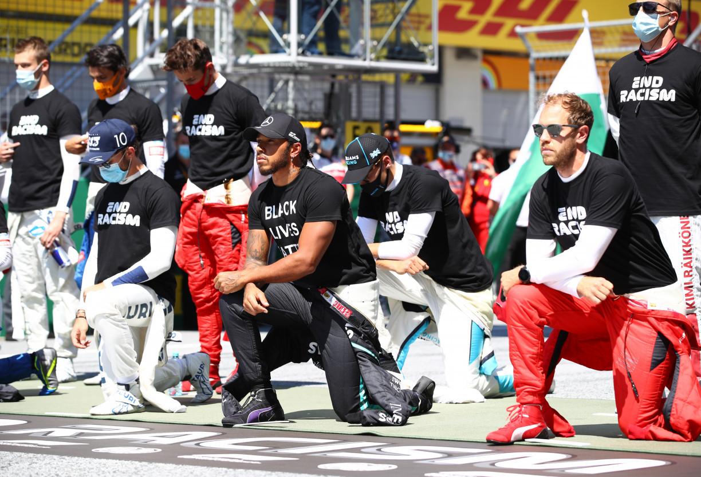 Seis pilotos não se ajoelham em ato antirracista liderado por Hamilton
