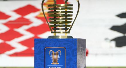 Troféu da Copa do Nordeste no estádio do Arruda