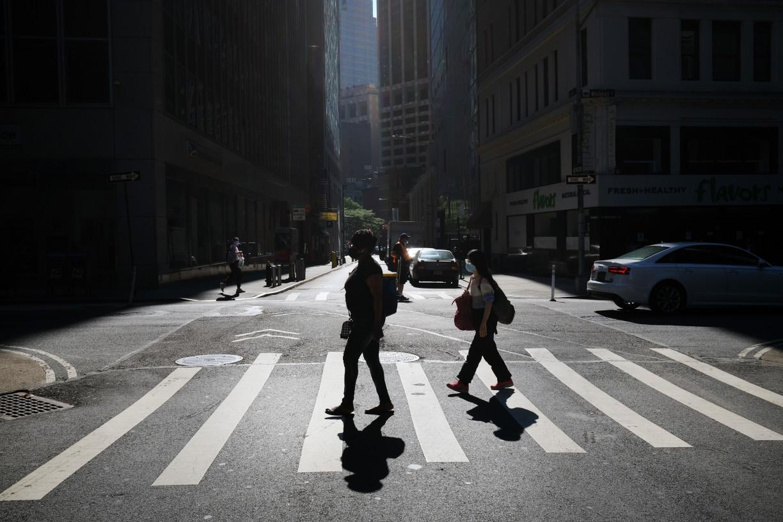 Com 300 mil casos em seis dias, Estados e cidades retomam restrições nos EUA