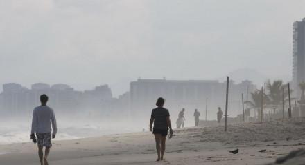 Esportistas na praia da Barra da Tijuca, no Rio de Janeiro, nesta terça-feira, dia em que a cidade inicia reabertura e flexibiliza medidas de isolamento social pela pandemia do novo coronavírus