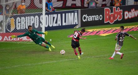 Lance de Michael marcando o segundo gol do Flamengo sobre o Fluminense.