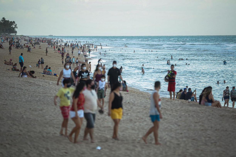 Domingo de praia em Boa Viagem, no Recife, teve todo tipo de desobediência às normas sanitárias