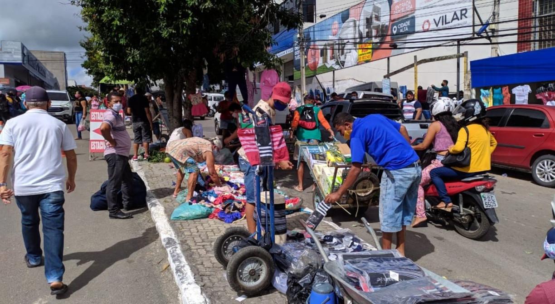 Pessoas se aglomeram no primeiro dia de flexibilização em Caruaru; ruas ficam lotadas