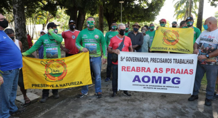 Protesto dos jangadeiros e ambulantes no Recife, nesta terça-feira (14)