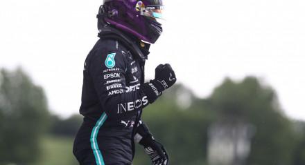 Hamilton comemora a sua 90ª pole position, conquistada no circuito de Hungaroring, na Hungria