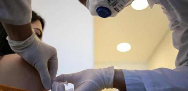 Aplicação da primeira dose da vacina Coronovac no Hospital das Clínicas de São Paulo.