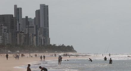 Pessoas circulando na praia de Boa Viagem