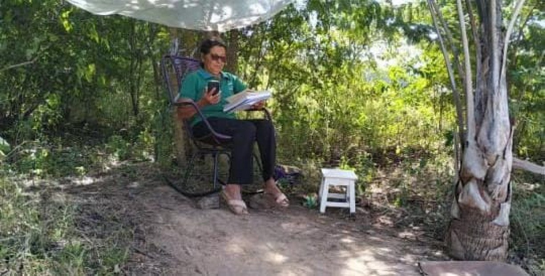 Sem internet, professora de 69 anos usa wi-fi da vizinha e improvisa sala de aula às margens de estrada